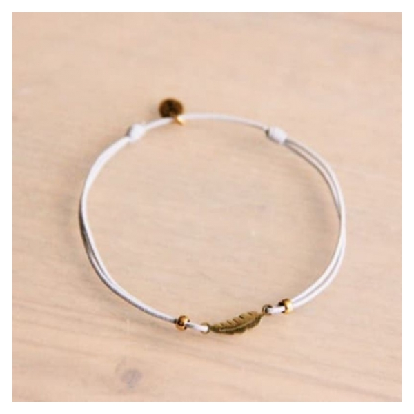 Bazou Elastic bracelet with mini feather - light gray / gold